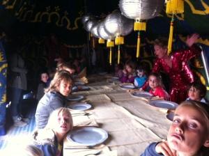 Zelf tafel dekken en met vork en mes smullen!
