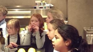 Aandachtig luisteren tijdens de kookworkshop
